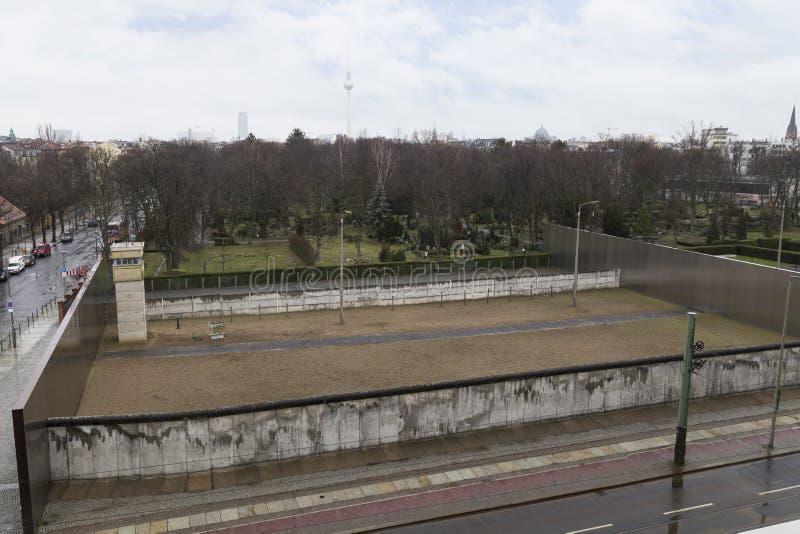 柏林围墙和城楼的遗骸从上面 库存照片