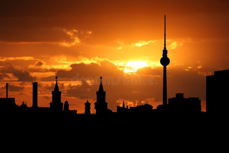 柏林地平线日落 皇族释放例证