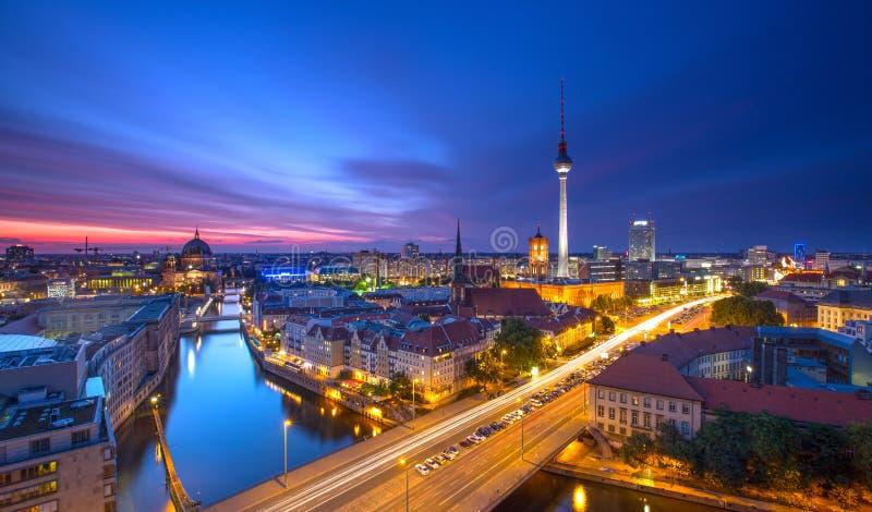 柏林地平线有蓝天日落的城市全景和交通-著名地标在柏林,德国,欧洲 库存照片