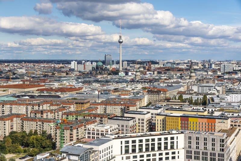 柏林地平线鸟瞰图与著名电视塔和柏林人的 免版税图库摄影