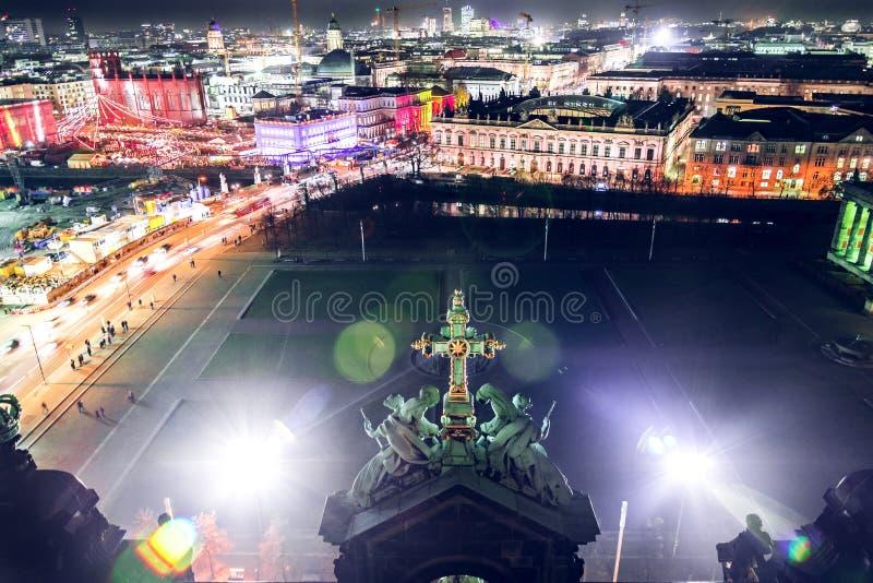 柏林大教堂视图在夜之前 库存图片
