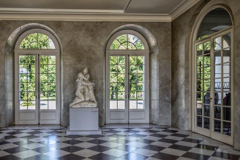 柏林德国22 Th雕塑大厅的5月2018年夏洛特堡宫视图,有它的高宫殿窗口的, 免版税库存图片