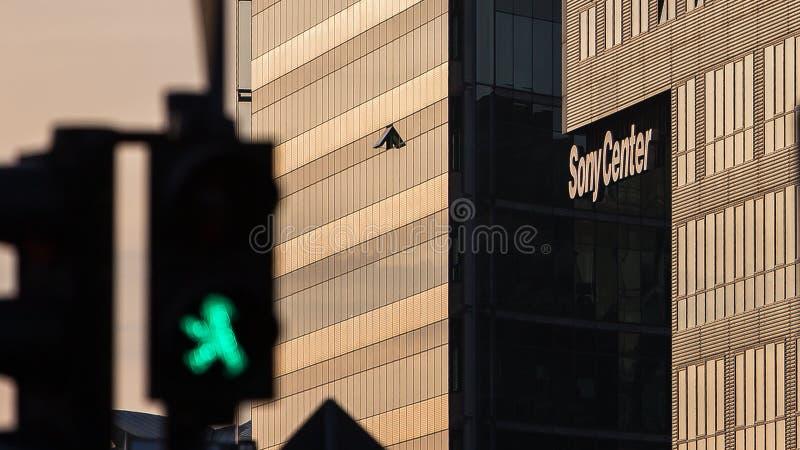 柏林波茨坦广场绿色与索尼中心的步行者光 库存照片