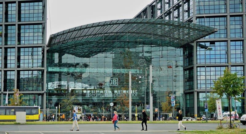 柏林火车站外部和四个步行者 免版税库存照片