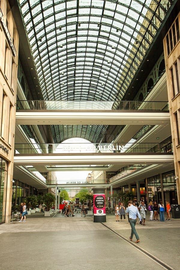 柏林购物中心  购物中心,一个现代多商店大厦由玻璃制成 免版税库存图片