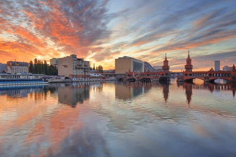 柏林,德国, - 2015年8月30日:在狂欢河的日出 免版税库存照片
