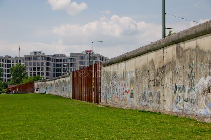 柏林围墙纪念品 仍然站立一部分的墙壁 库存照片