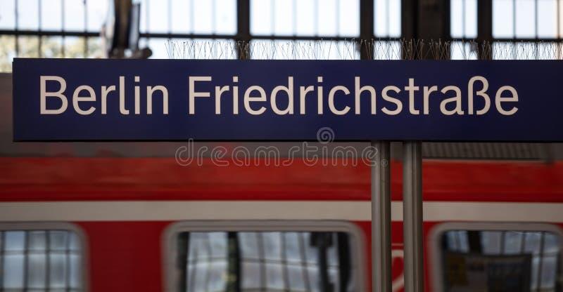 柏林friedrichstraße火车站标志 库存图片
