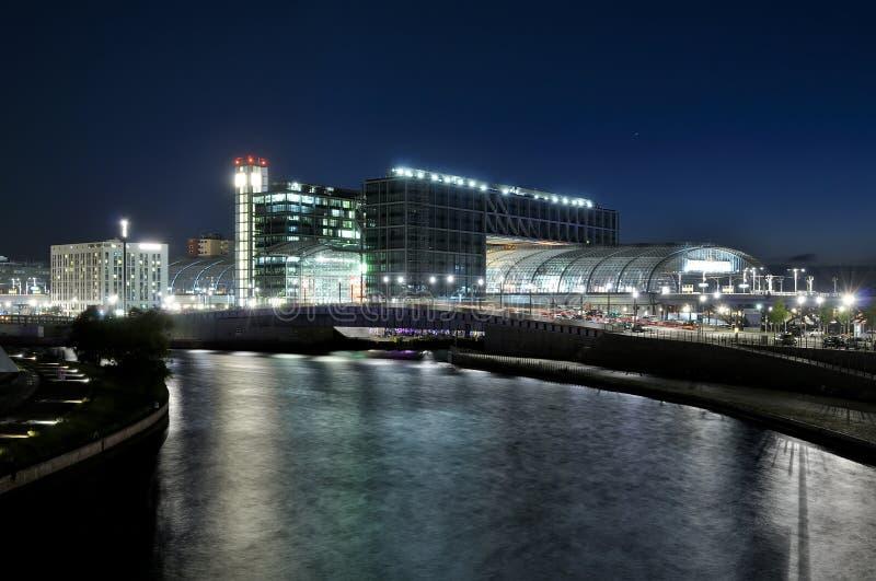柏林hauptbahnhof晚上 图库摄影