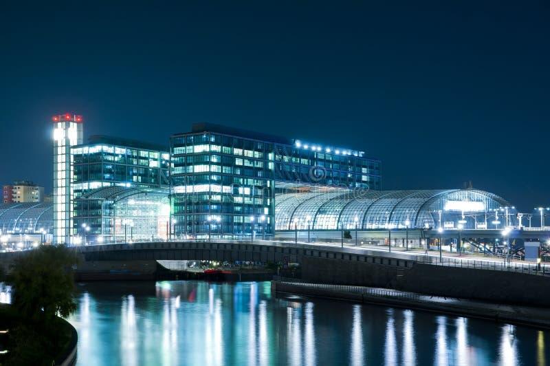 柏林hauptbahnhof晚上 库存图片