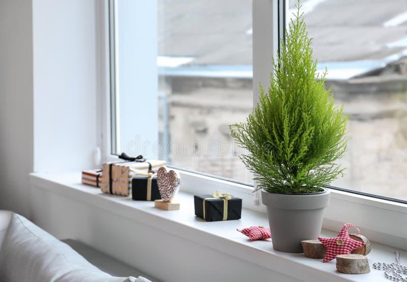 柏树和圣诞装饰在窗台 库存图片