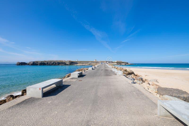 柏油路和防堤给伊斯拉帕洛马斯,鸽子海岛,从塔里法角镇在卡迪士安大路西亚,西班牙,欧洲 实际上,是  免版税库存照片