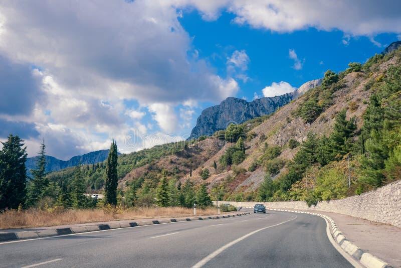 柏油路在一个晴朗的夏日 克里米亚山 免版税图库摄影