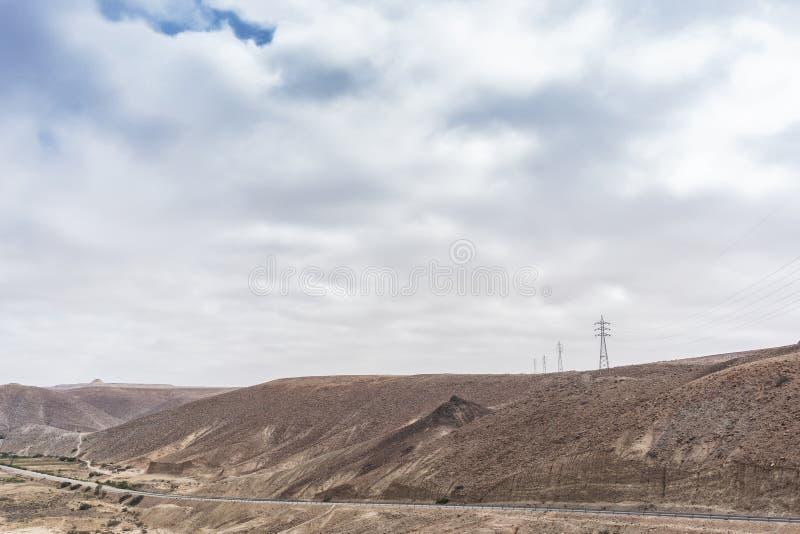 柏油路通过纳米贝省峡谷  电源杆 闹事 安格斯 免版税库存照片