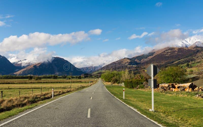Download 柏油路通过领域 库存图片. 图片 包括有 西兰, 自由, 蓝色, 本质, 透视图, 绿色, 途径, 汽车 - 62528485