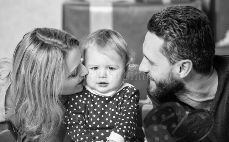 某事使她惊奇 父亲、母亲和doughter孩子 有当前箱子的幸福家庭 r 免版税图库摄影