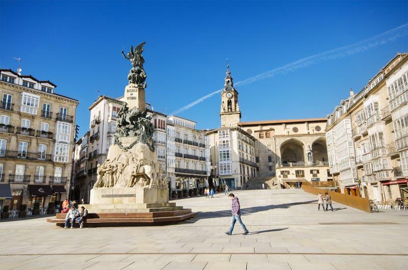 某些游人在Vitoria参观2015年3月6日的著名Virgen布朗卡正方形,西班牙 库存图片