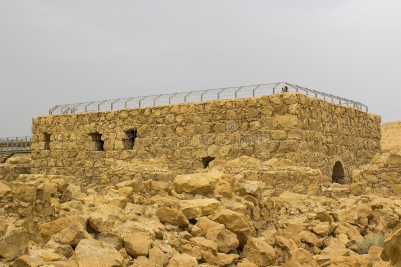 某些马萨达古老犹太clifftop堡垒的被重建的废墟在南以色列 一切在明显下 免版税库存照片