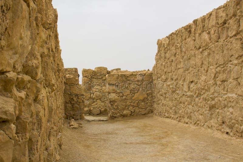 某些马萨达古老犹太clifftop堡垒的被重建的废墟在南以色列 一切在明显下 库存图片