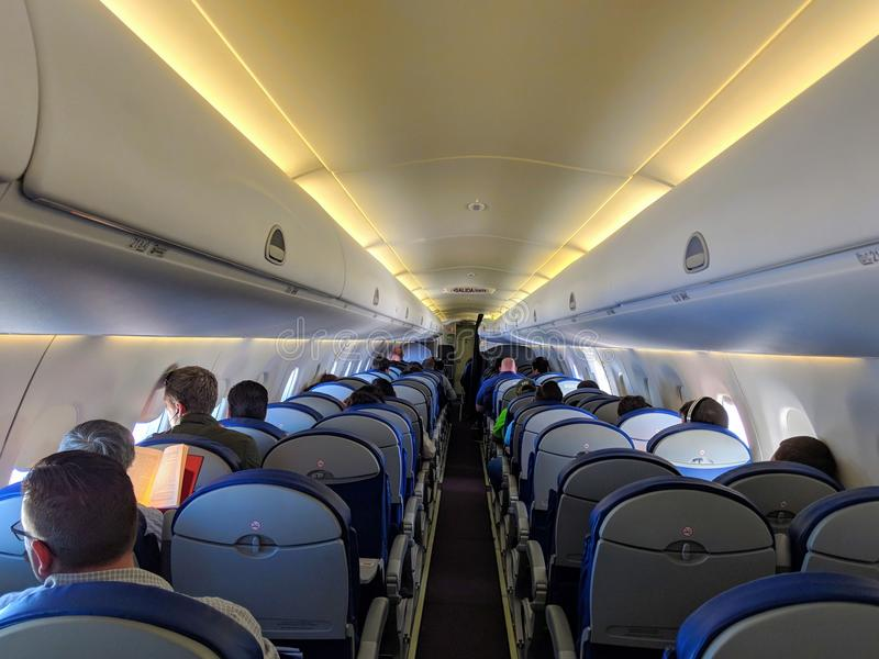 某处在得克萨斯/美国- 2018年3月30日:乘客在巴西航空工业公司ERJ-190乘坐双喷气发动机飞机在蒙特雷之间的Aeromexico飞行, 图库摄影