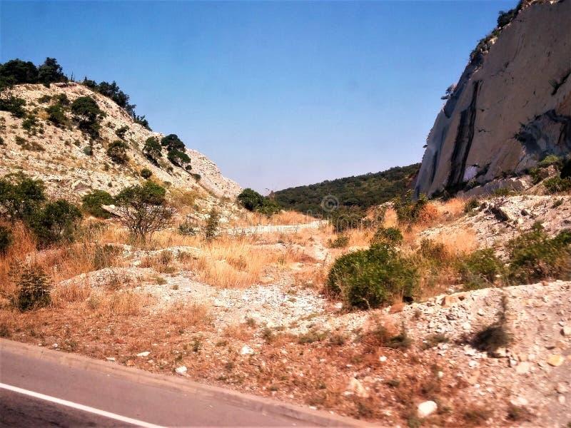 某处岩石在山 库存图片