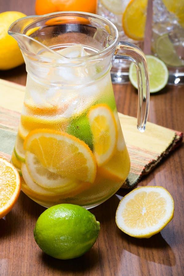 柑橘冰水 免版税库存图片