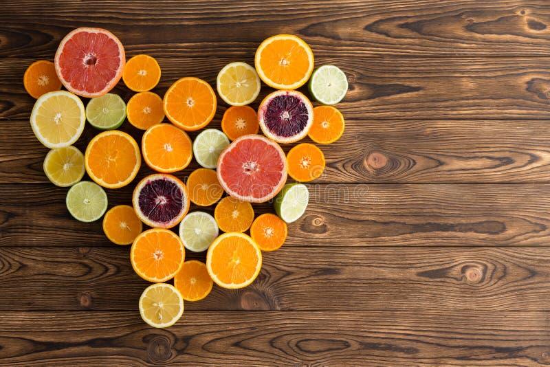 柑橘水果的心形的安排 库存照片