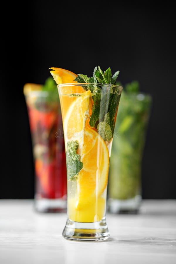柑橘鸡尾酒用在一个玻璃觚的薄菏 饮料的范围 饮料、夏天、热、酒精、党和酒吧的概念 图库摄影