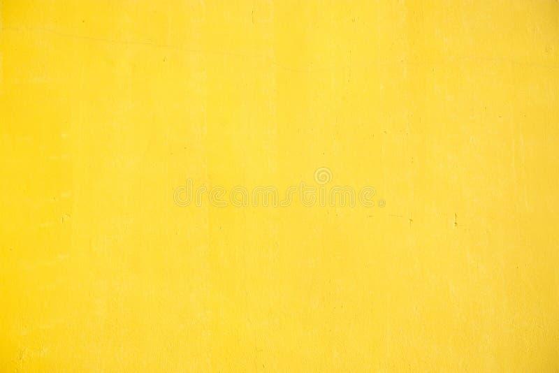 染黄与拷贝空间的被绘的墙壁纹理您的文字文本  免版税库存照片