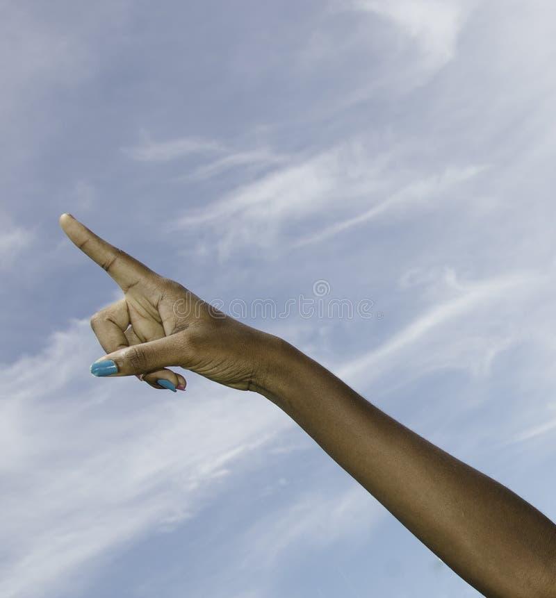 染黑指向天空的女性现有量 免版税库存照片