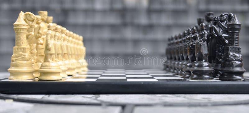 染黑董事会企业检查棋结尾的游戏高亮度显示损失伙伴黑白照片采取白色在方法成功的隐喻 免版税库存图片