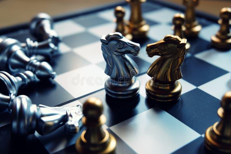 染黑董事会企业检查棋结尾的游戏高亮度显示损失伙伴黑白照片采取白色在方法成功的隐喻 前个骑士立场 围拢由金黄队 参见企业的障碍或困难 免版税库存图片