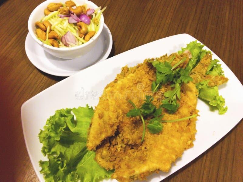 染黑被结合的大型食用鱼油炸物对酥脆黄色 它吃与sp 库存照片