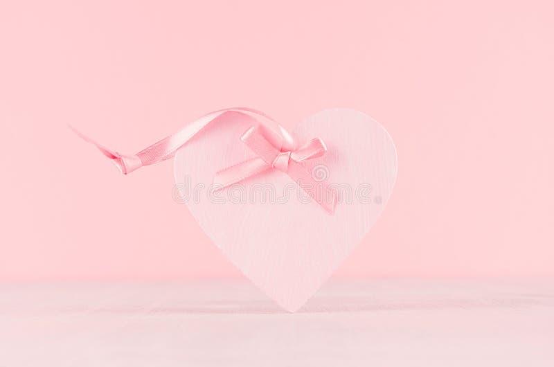 柔和的装饰情人节-与丝带的软的浅粉红色的心脏在白色木板,特写镜头 免版税库存照片