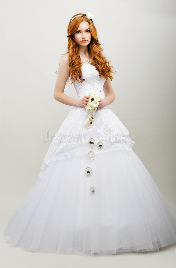 柔软。白色新娘礼服的红发精妙的新娘。婚礼时尚汇集 免版税图库摄影