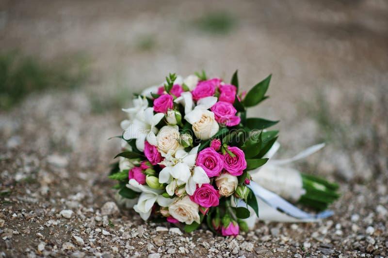 柔软与小白色和玫瑰色玫瑰的婚礼花束 库存照片