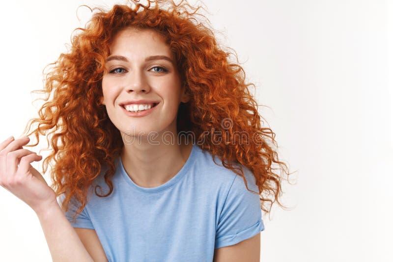 柔软,秀丽,haircare概念 有自然卷曲红色头发的,在手指的滚动的子线引诱的肉欲的年轻女人 库存图片