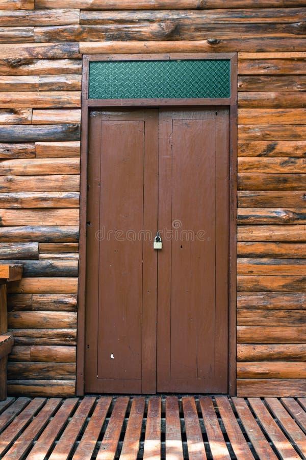 柚木树木屋的木门 免版税库存照片