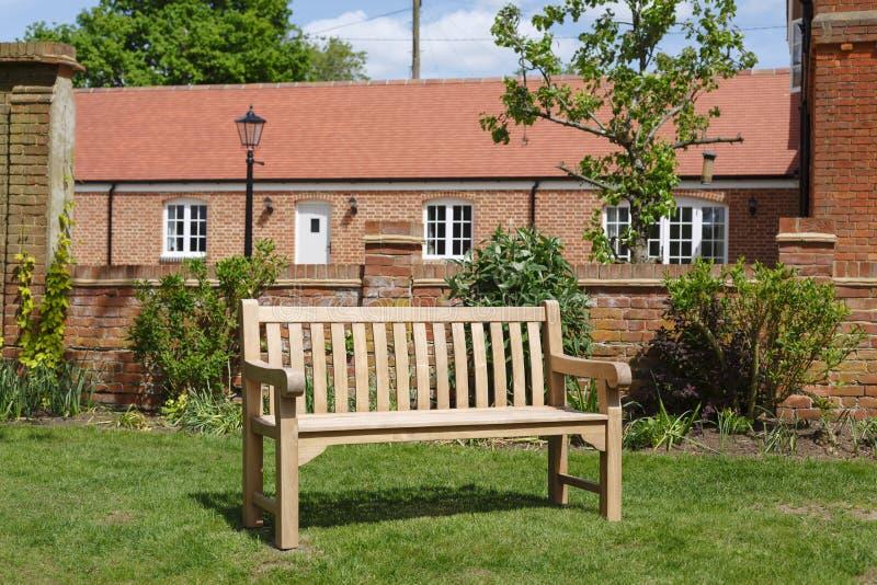 柚木树木庭院长凳 库存照片