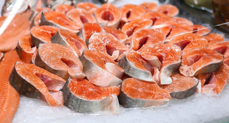 柜台用在冰的新鲜的鲑鱼排 库存照片