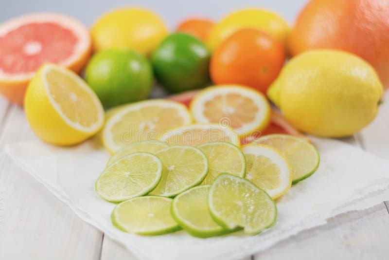 柠檬、石灰、葡萄柚和蜜桔的健康构成 免版税库存图片