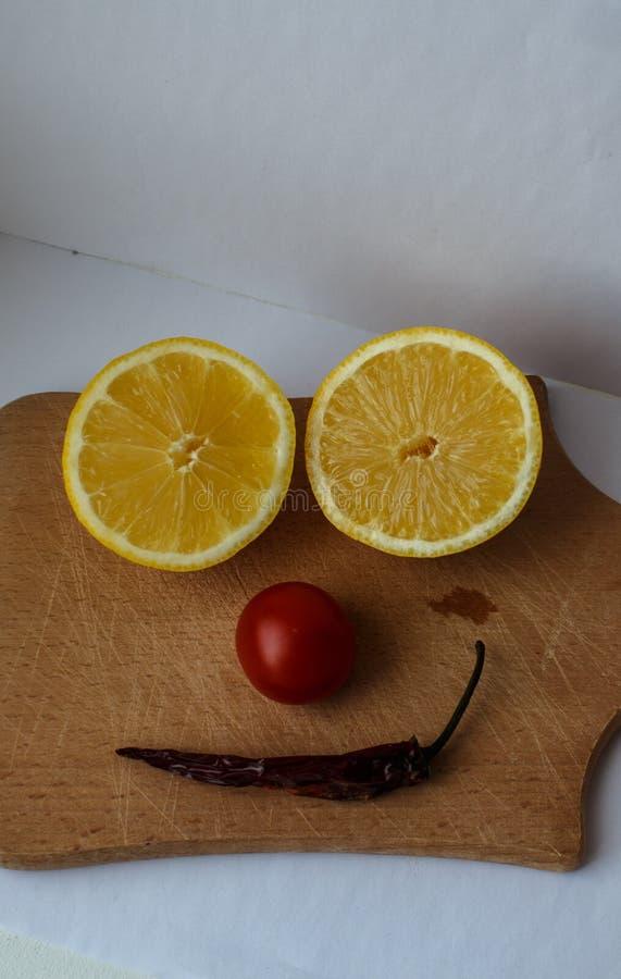 柠檬切开了成两部分蕃茄和胡椒 免版税库存图片