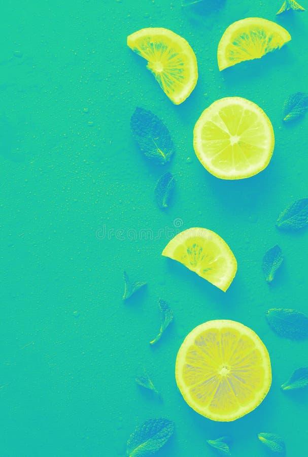 柠檬切片仿造与充满活力的梯度作用的时髦背景 最小的平的被放置的纹理 库存照片