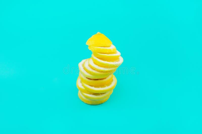 柠檬切片顶视图在蓝色背景的 免版税图库摄影