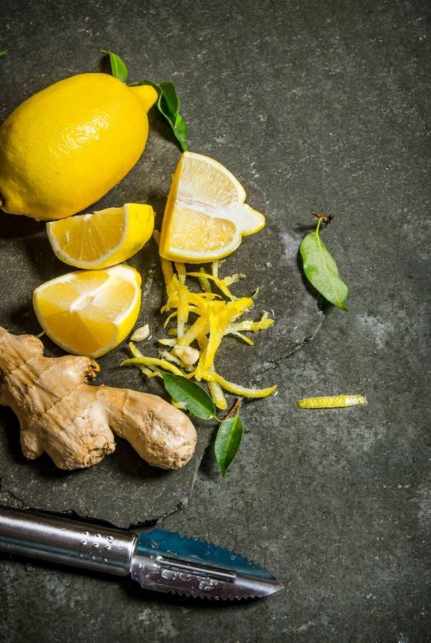 柠檬味、姜和叶子在一个石立场 免版税库存照片
