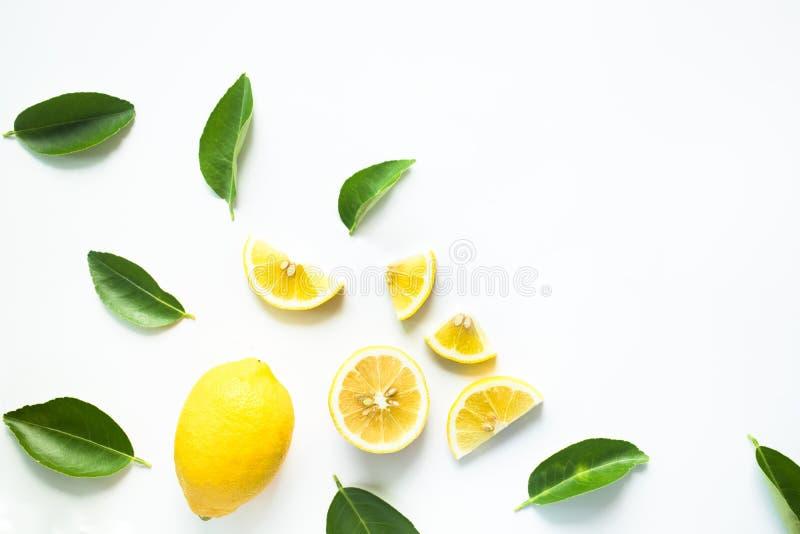 柠檬和叶子顶视图在白色背景 免版税库存图片