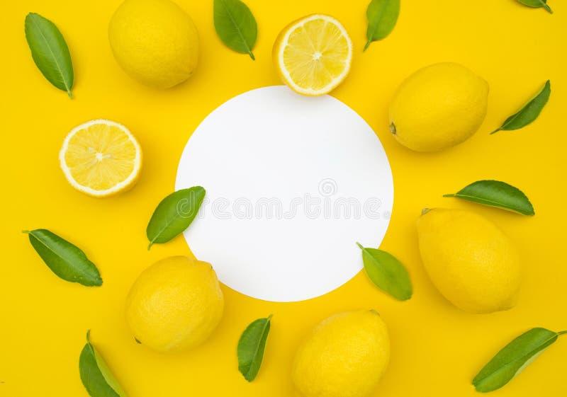 柠檬和叶子顶视图在颜色背景 概念想法 库存图片