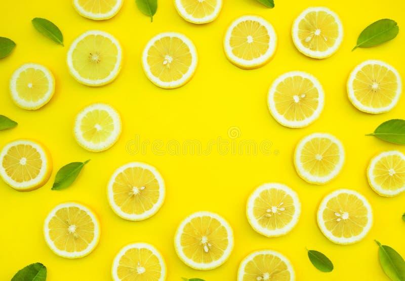 柠檬和叶子顶视图在黄色颜色背景 果子概念想法  免版税库存图片