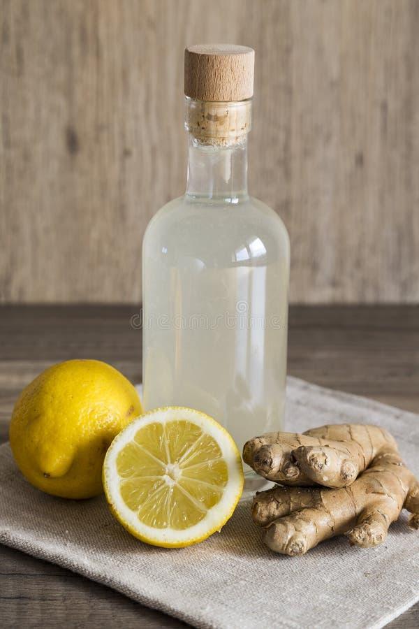 柠檬和姜在一个闭合的瓶的戒毒所饮料 免版税库存照片