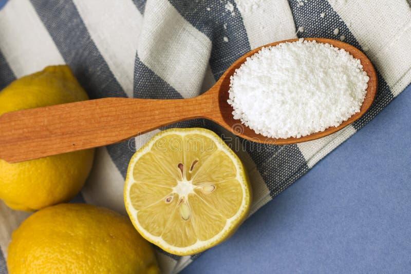 柠檬和柠檬酸的图象在木匙子 免版税图库摄影